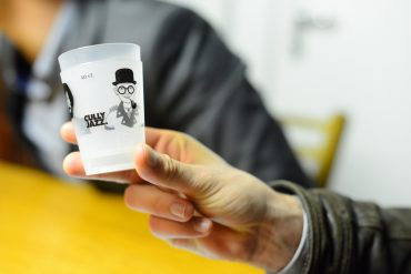 Des verres réutilisables 1dl du Cully Jazz, avec des visages modulables dessus